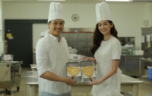 Cả hai cùng nhau làm nên chiếc bánh tình yêu