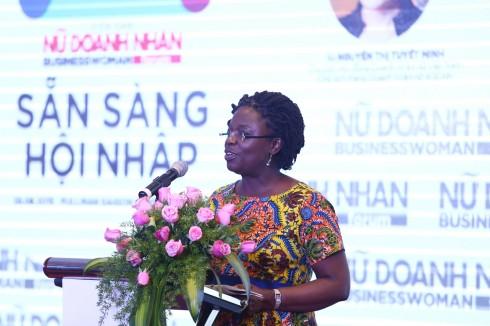 Bà Victoria Kwakwa phát biểu về vấn đề đổi mới tư duy để hội nhập thành công