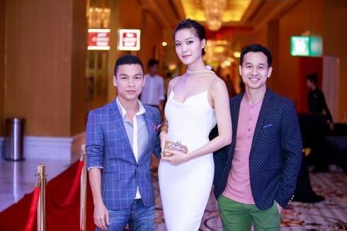 NTK Adrian Anh Tuấn trong buổi ra mắt BST mới tại The Grand Hồ Tràm. Ảnh chụp chung với Hoa Hậu Thùy Dung và Doanh nhân Sơn Đoàn