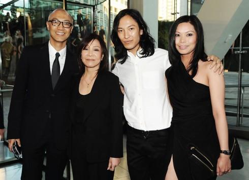 Anh trai Dennis Wang, mẹ Ying Ying-Wang, NTK Alexander Wang và chị dâu Aimie Wang