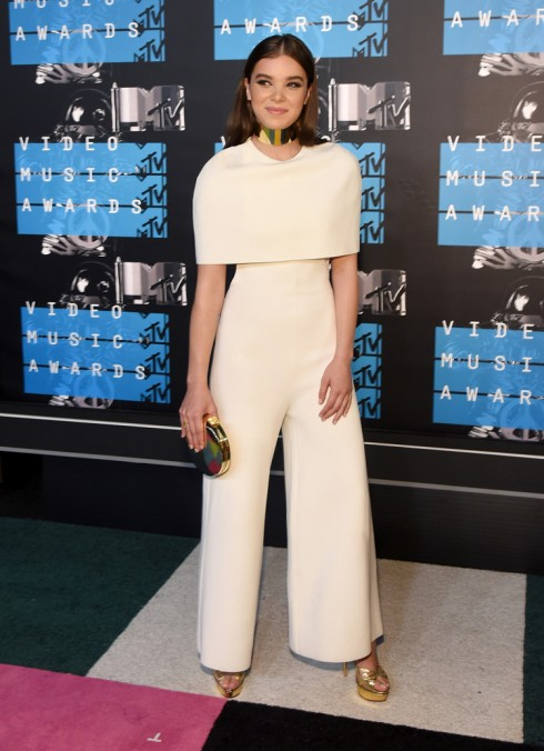 Đứng đầu danh sách là nữ diễn viên Hailee. Sự nền nã của màu trắng cùng kiểu dáng trang phục kín đáo đã nói lên được sự tinh tế trong ăn mặc của cô.