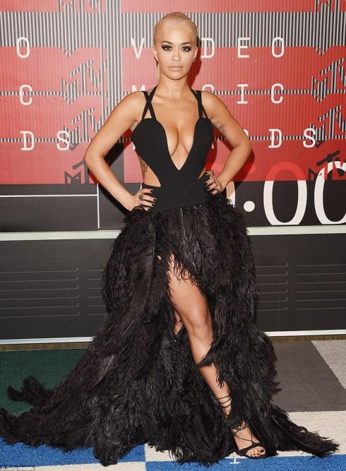 Nữ ca sĩ Rita Ora thể hiện phong cách thời trang gợi cảm và mạnh mẽ. Mái tóc đầy cá tính góp phần khiến cô nổi bật.
