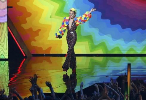VMAs 2015 - MC Miley Cyrus - elle việt nam