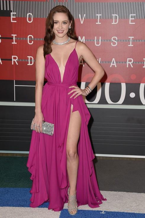 Nữ diễn viên Greer Grammer với đầm dạ hội màu hồng xác pháo. Có thể nói đây là kiểu đầm cơ bản và an toàn trong các sự kiện nhưng cách Grammer chọn tông màu rực rỡ phối cùng các phụ kiện và giày màu bạc thể hiện độ đồng điệu.