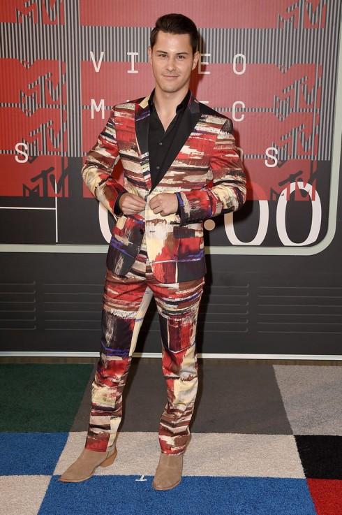 Diễn viên Michael J.Willett xuất hiện trong một bộ suit techni-color cực kì ấn tượng.