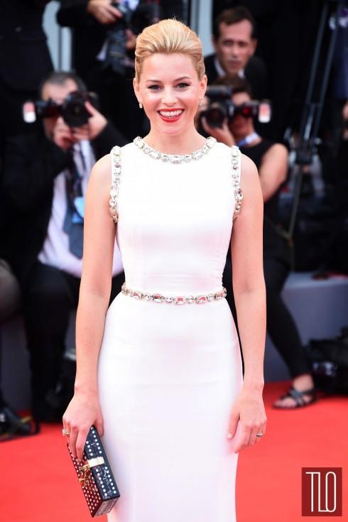 Cô trông rất tinh tế trong bộ đầm của Dolce & Gabbana.