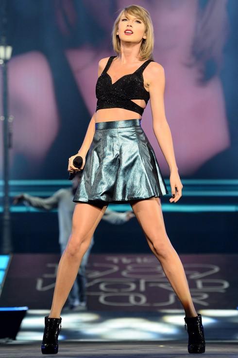 Nữ tính kết hợp với chân váy và bốt thấp cổ