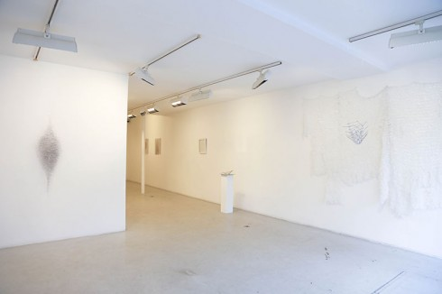 Không gian trong một buổi triển lãm nghệ thuật Tối Giản của Safaa Erruas