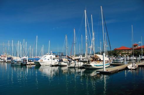 Một góc cảng với những chiếc du thuyền nhỏ, sẵn sàng đưa khách tới các hòn đảo hoang sơ trong hải vực.