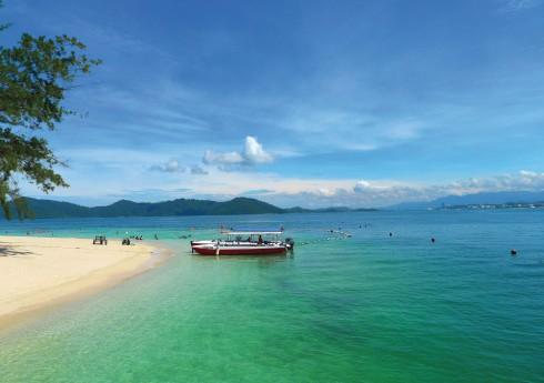 Nằm trong vịnh kín gió, mặt biển tại Kota Kinabalu vô cùng lặng sóng và ấm áp.