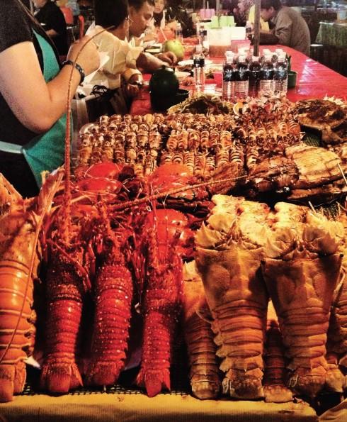 Chợ ẩm thực đêm tại Kota Kinabalu cho bạn những món ăn với nguyên liệu tươi ngon và giá cả hợp lý.