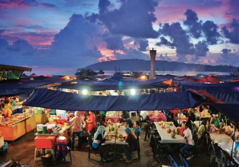 Chợ ẩm thực Filipino đông đúc nhìn từ trên cao.