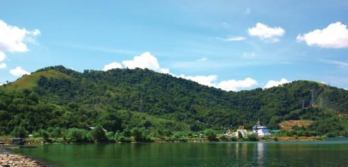 Hầu hết các bãi biển tại Kota Kinabalu đều khá vắng khách, vì các khách du lịch thám hiểm chỉ nán lại đây 1, 2 ngày