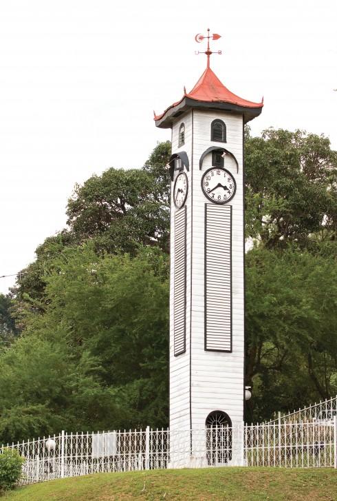 Tháp đồng hồ Atkinson, một trong những công trình hiếm hoi còn tồn tại sau bom đạn của chiến tranh thế giới thứ 2.