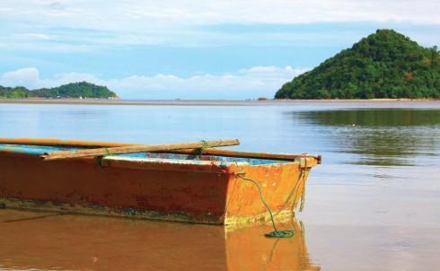 Một con thuyền kiểu truyền thống của người dân địa phương.