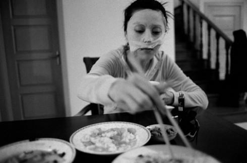 Những bữa cơm chóng vánh kết hợp với công tác làm đẹp của cô.