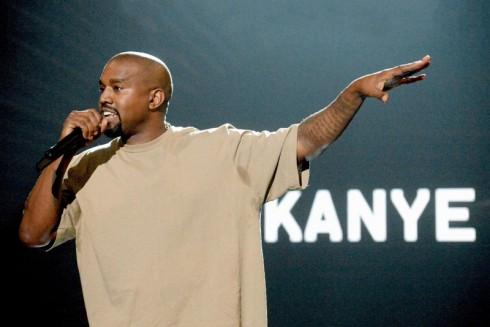 Kanye West phát biểu trên bục nhận giải thưởng Music Video Vanguard Award.