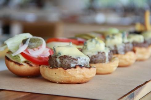 Sự đậm đà quyến rũ khó cưỡng của phô mai xanh chính là điểm nhấn cho những chiếc bánh Hamburger tại nhà hàng JW Café