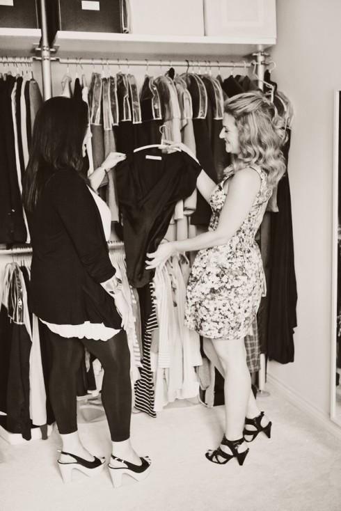 Các chuyên gia tư vấn cũng giúp khách hàng lựa chọn quần áo phù hợp với làn da và vóc dáng, nhằm làm nổi bật những ưu điểm và che bớt khuyết điểm về hình thể.