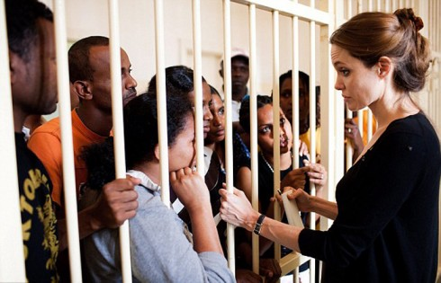 Cô đang lắng nghe câu chuyện của một gia đình tị nạn tại Malta, họ trốn chạy khỏi cuộc giao tranh tại Libya.