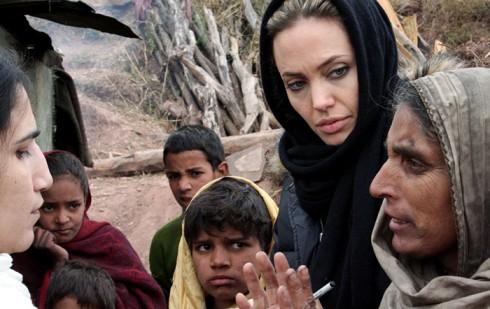 Angie đang lắng nghe một người sống sót thuật lại trận động đất vừa diễn ra tại Jabel Sharoon, Pakistan.