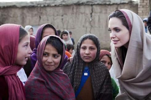 Trò chuyện vui vẻ với các bé gái tị nạn.