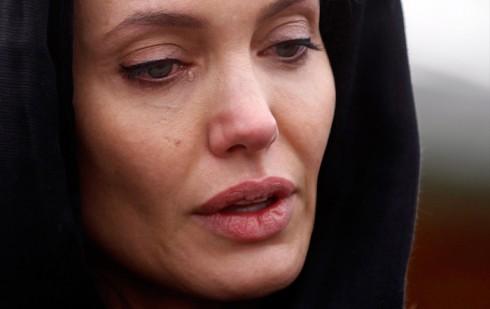 Angie xúc động khi đặt vòng hoa tại đài tưởng niệm Srebrenica Genocide ở Potocari (28.3.2014).