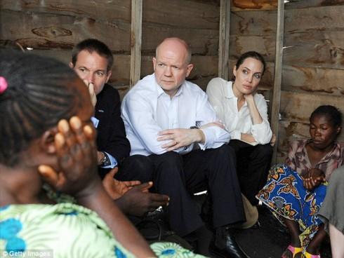 Cô cùng Cựu Bộ Trưởng William Hague viếng thăm trại tị nạn Nzolo tại CH Dân Chủ Congo.