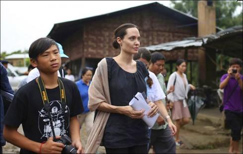 Angie cùng cậu con trai Pax Thiên thăm trại tị nạn Jan Mai Kaung tại Myitkyina, tỉnh Kachin, Miến Điện.