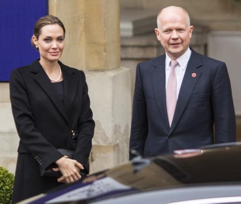 Angelina Jolie và người bạn thân đồng thời là động sự lâu năm, Cựu Ngoại Trưởng Anh - William Hague.