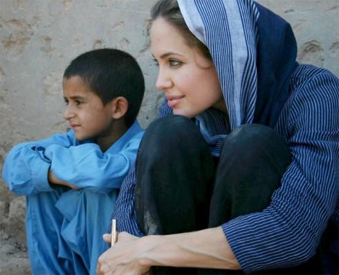 Phút thanh bình của Angie và một cậu bé tị nạn người Syria.
