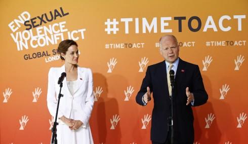 """Nữ diển viên Angelina Jolie, thành viên của Cao Ủy Liên Hợp Quốc về Người Tị Nạn và Cựu Ngoại Trưởng William Hague tại Hội nghị cấp cao thế giới """"End sexual violence in conflict"""", tại London ngày 10/6/2014."""