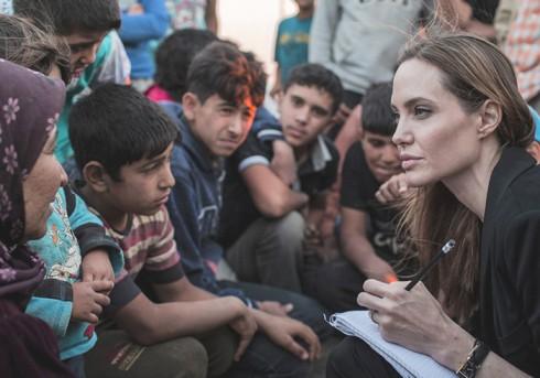 Angelina Jolie thăm các nạn nhân tị nạn người Syria tại trại tị nan ở Lebanon.