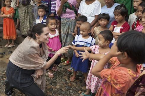 Viếng thăm trẻ em Miến Điện tại trại tị nạn ở Myitkyina, Miến Điện vào năm 2014.