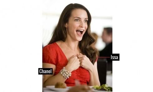 Charlotte chú trọng phong cách tối giản như đầm của Issa, đi kèm với vòng tay tuyệt đẹp của Chanel