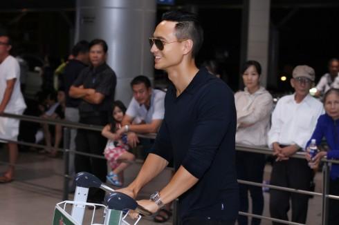 Dù mệt mỏi vì lịch làm việc căng thẳng, nam diễn viên luôn xuất hiện trước công chúng với nụ cười đặc trưng, thân thiện.