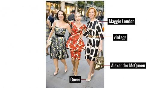 Đầm suông Maggie London làm tôn dáng cho Miranda, được nhấn bằng thắt lưng vintage, tông xuyệt tông với túi xách của Alexander McQueen và giầy Gucci