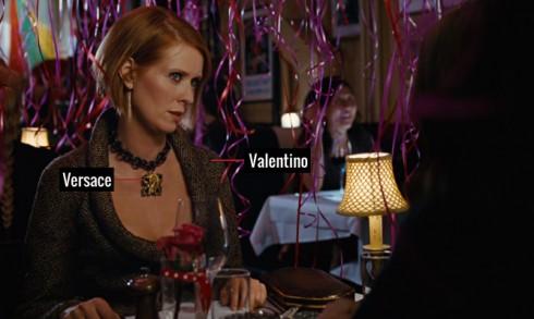 Áo khoét cổ sâu của Valentino càng làm tăng sự gợi cảm sang trọng, tô điểm bằng vòng cổ thiết kế độc đáo của Versace