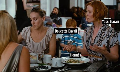 Nhẹ nhàng với áo cổ tim của Doucette Duvall, bông tai Yassi Harar và thắt lưng của Hermès