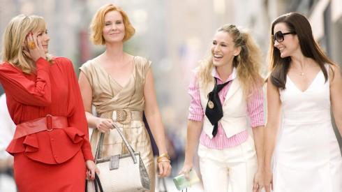 Samantha với trang phục công sở là chân váyValentino, áo Thierry Mugler và túi Fendi. Kế đến Miranda mặc đầm màu vàng ánh kim của Alberta Ferretti, với giầy cao gót Luciano Padovan. Carrie khỏe khoắn