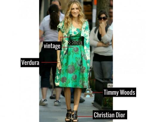 Thông thường họa tiết in hoa và phụ kiện góc cạnh không phối chung với nhau vì sự khác biệt. Nhưng Carrie lại khiến chúng thật hài hòa trong bộ đầm vintage và vòng tay Vendura, đi kèm với chiếc túi xách tháp Eiffel thật độc đáo của Timmy Woods.