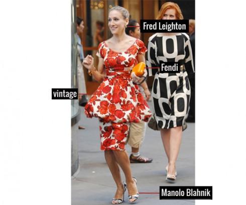 Trẻ trung với đầm họa tiết in hoa đỏ, giầy Manolo Blahnik, Clutch của thương hiệu Fendi, và hoa tai hãng Fred Leighton
