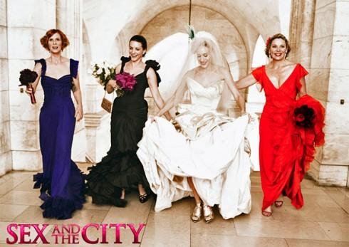 """Váy cưới của Vivienne Westwood là món quà tuyệt vời nhất của tạp chí Vogue dành tặng cô dâu Carrie trong ngày trọng đại của đời mình. Dàn phù dâu """"cao cấp""""trong trang phục dạ hội của thương hiệu Zac Posen gồm Miranda sang trọng với tông màu xanh đậm và giầy Burberry. Samantha cực kỳ gợi cảm với màu đỏ nóng bỏng. Và Charlotte quý phái trong màu đen huyền bí, được điểm xuyết với vòng cổ tinh tế của hãng Daniel Swarovski, thực sự đã làm say đắm mọi ánh nhìn."""