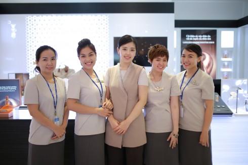 Cô Han Da Eun (đứng chính giữa) đã có 8 năm kinh nghiệm chăm sóc da ở tập đoàn AmorePacific - Sulwhasoo