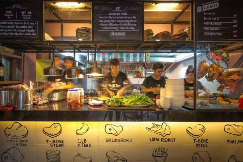 """Không gian """"Bếp mở"""" tại QUÁN BÒ TƯƠI giúp thực khách có thể quan sát trực tiếp toàn bộ quá trình chế biến món ăn."""