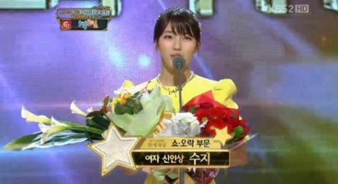 ca sĩ Suzy Bae - receiving Popularity Award - elle việt nam