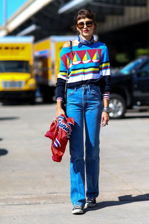 Denim lưng cao và áo nhiều màu? Xin chào phong cách 80s sôi động!