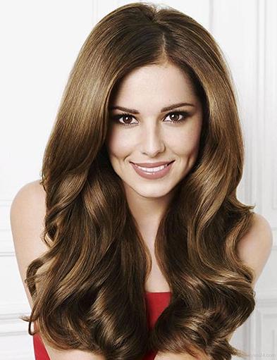 Mái tóc dài uốn xoăn phần đuôi giúp khuôn mặt thêm phần rạng rỡ
