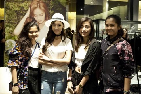 Jessica chụp hình cùng các fan tại buổi ra mắt thương hiệu.