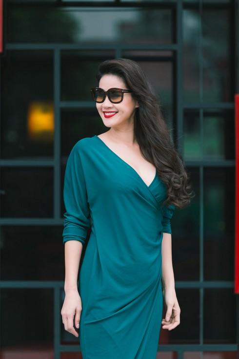 Thúy Hà toát lên vẻ nữ tính trong bộ váy trang nhã và thanh lịch